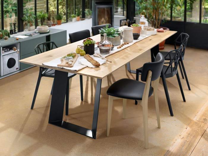 grande table rectangulaire avec plateau bois clair massif et pied design