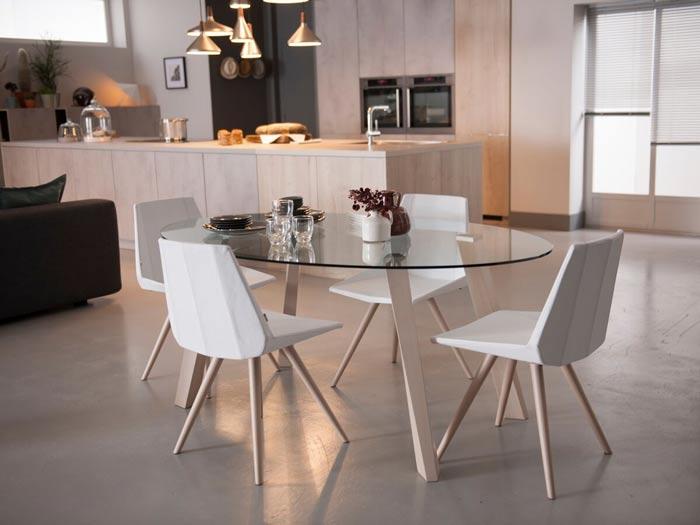 table ronde en verre pieds en bois et quatre chaises assise blanche et pieds en bois