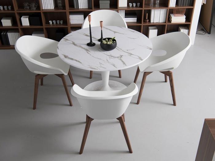 table ronde en marbre noir et chaises en polystyrène (plastique) (chaise et tabouret)