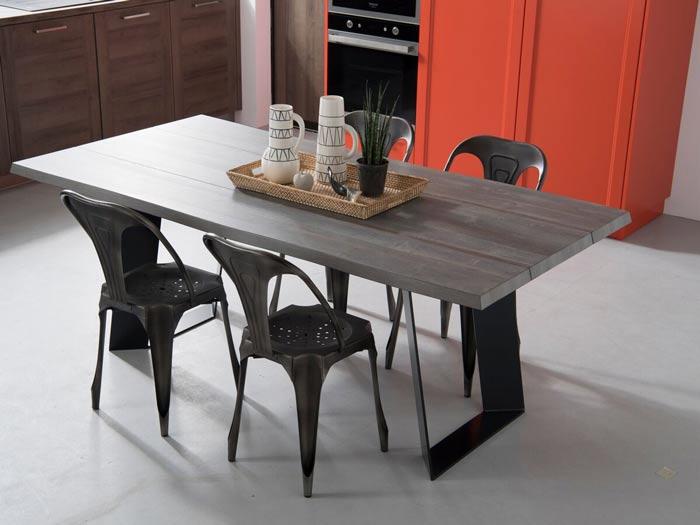 table rectangulaire en bois avec chaises en métal (chaise et tabouret)