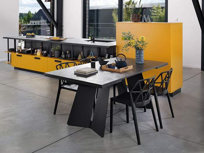 table noire extensible avec pieds métal et meubles jaunes
