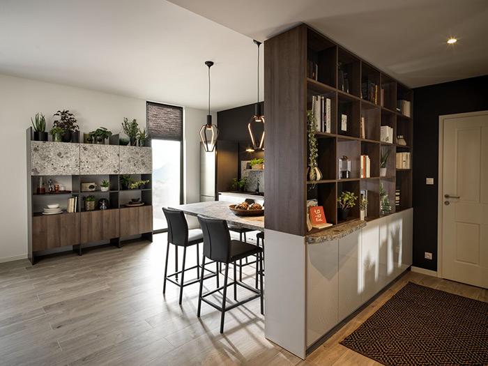 cuisine séparée de l'entrée avec une bibliothèque