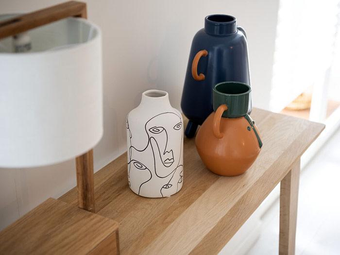 Vases aux tons zen posés sur un meuble tendance japandi